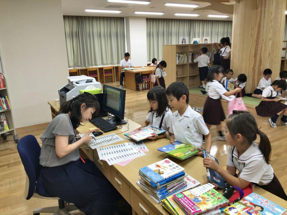 共愛学園小学校図書室